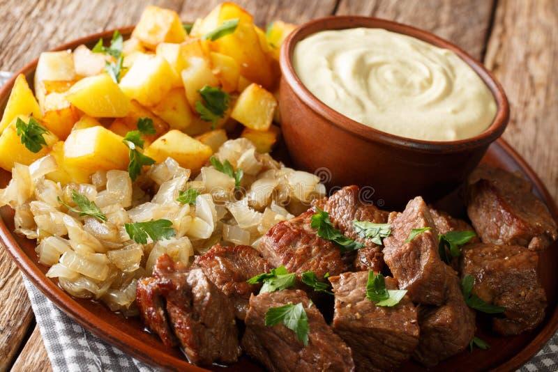 发牢骚RydbergÂ是一个真正的经典瑞典餐馆盘服务用油煎的葱和土豆,第茂crème特写镜头 水平 库存照片
