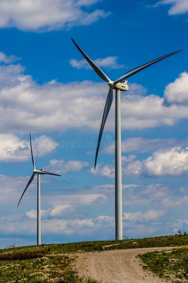 发环境能承受的干净的电的两台巨大的高科技工业风轮机在俄克拉何马。 库存图片