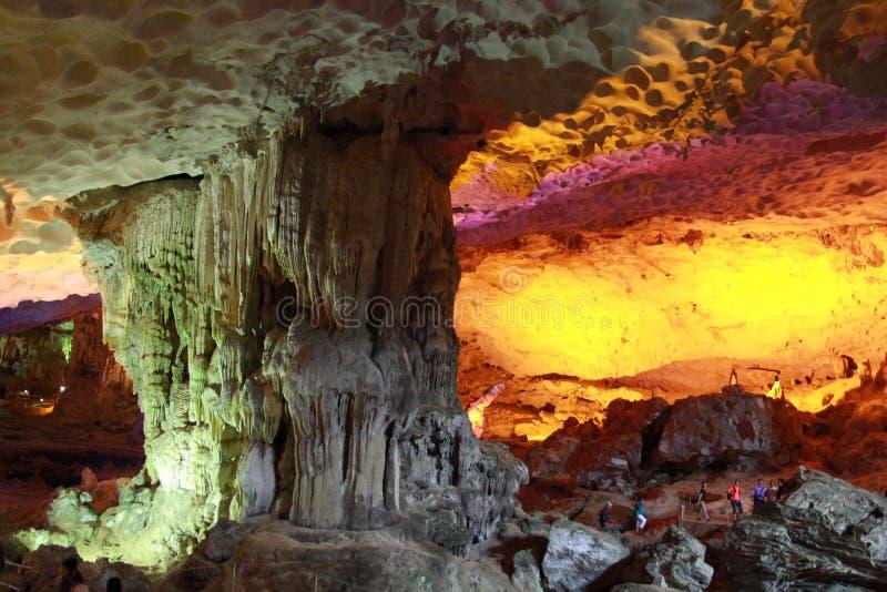 发现唱歌的醉鬼洞-钟乳石洞在下龙市越南 免版税库存照片