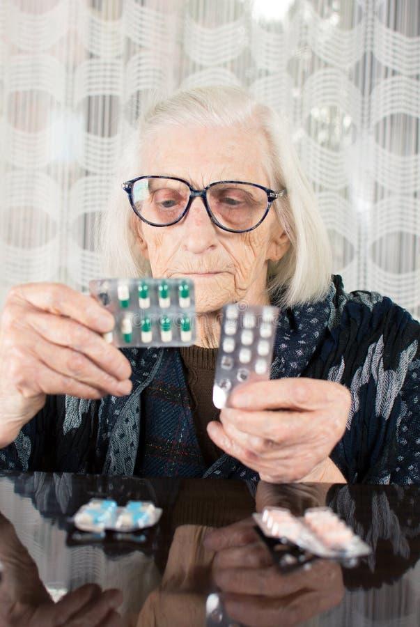 发现她的今天疗法的资深妇女 库存照片