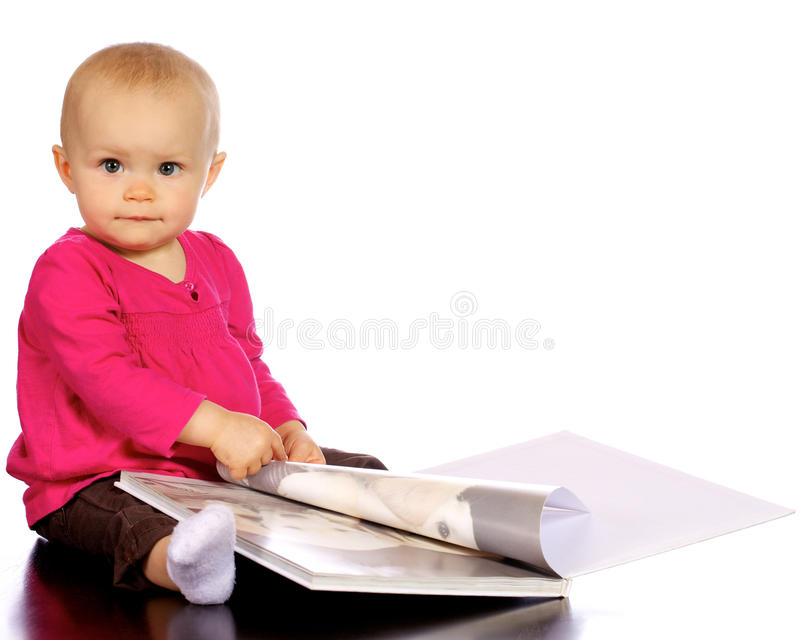 发现婴孩的书享用女孩婴儿 免版税库存照片