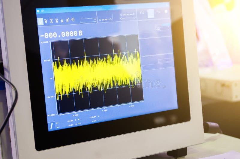 发现测量图表的科学数据在现代示波器的显示器的 库存图片