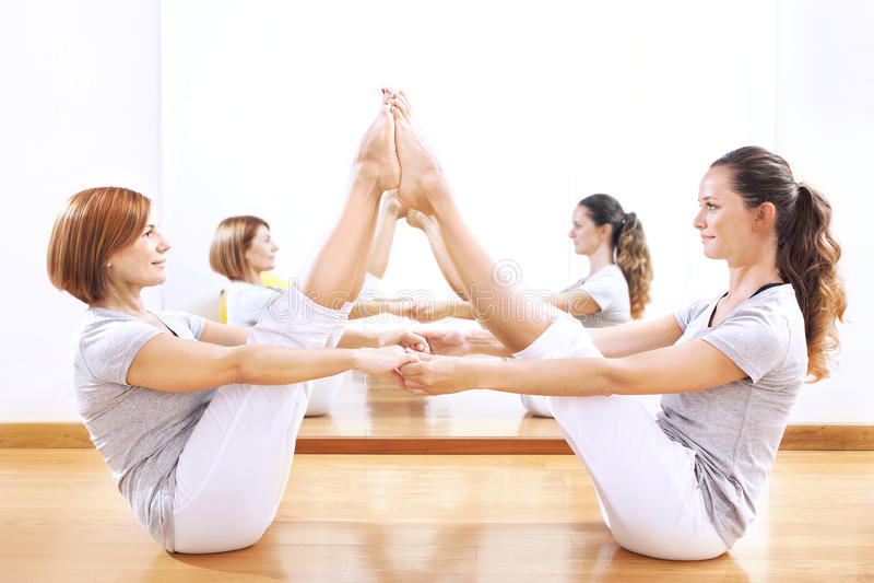 发现身体平衡的妇女投掷一phisical锻炼 免版税库存图片