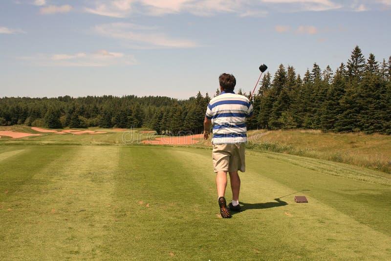 发球区域的高尔夫球运动员 免版税库存图片