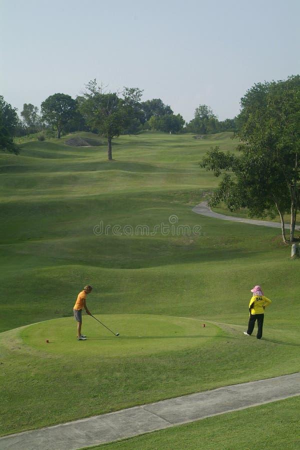 发球区域的高尔夫球运动员 库存照片