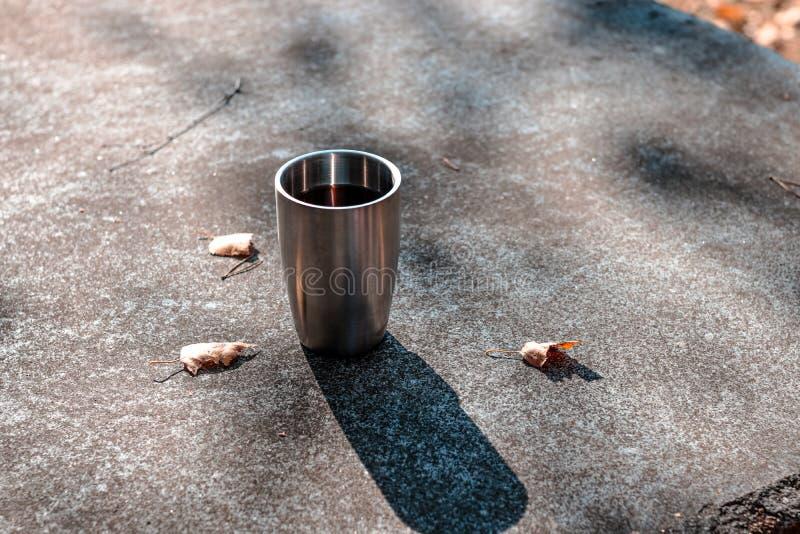 发球区域站立在 beautidul秋天风景的一张室外书桌上的一个杯子 咖啡,发球区域,秋天,风景,杯子,室外饮料; 库存照片