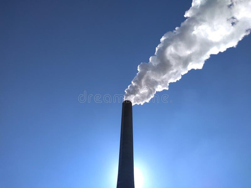 发电厂堆在阳光下 库存图片