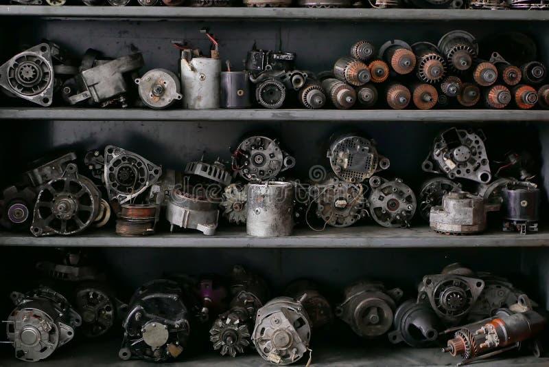 发电器和起始者在架子被堆积 免版税库存图片