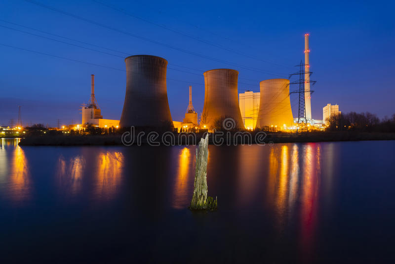 发电站在晚上 免版税库存图片