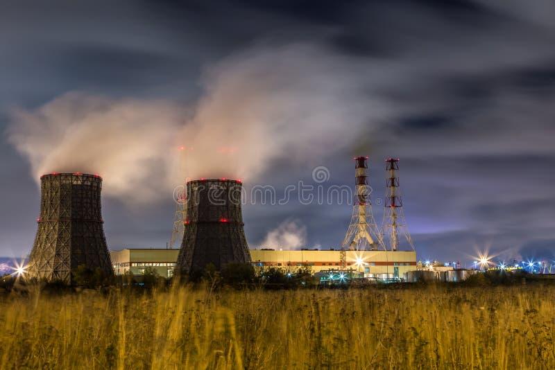 发电站 城市点燃晚上场面 免版税库存图片