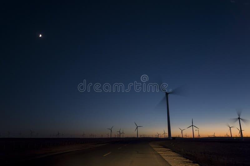 发电风车在晚上 免版税库存照片