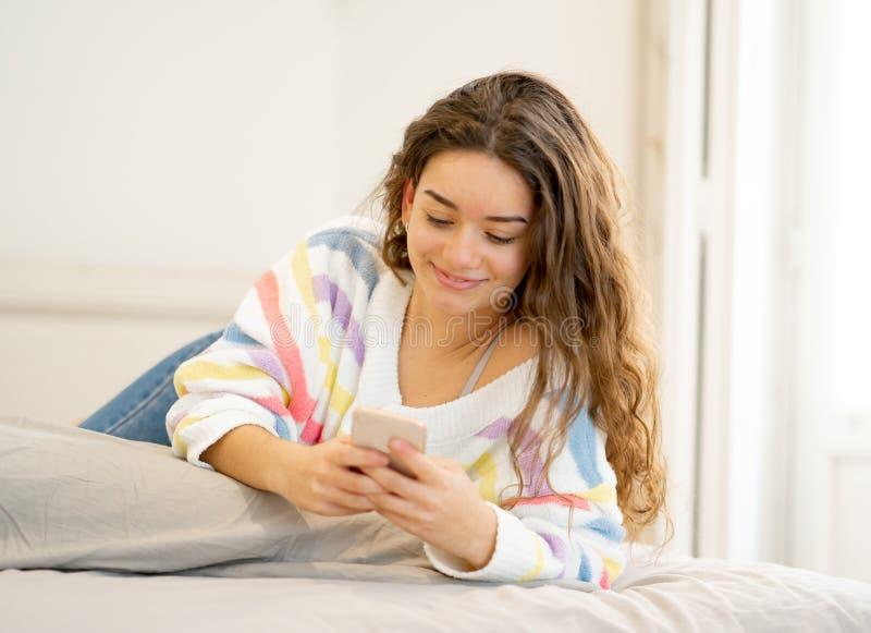 发短信和聊天在她的sma的年轻美女画象 免版税库存照片