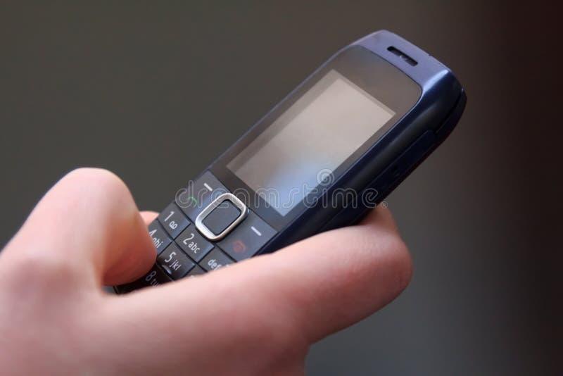 发短信在一个老手机 库存图片