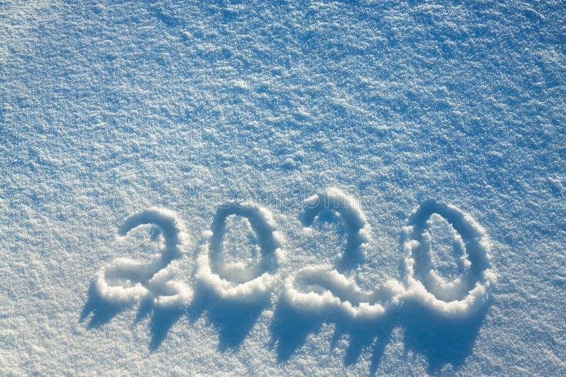 发短信在雪2020年 免版税图库摄影