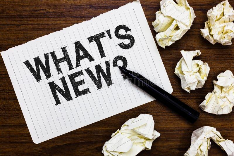 发短信给标志陈列什么s是新的问题 概念性照片询问最新的更新趋向在笔记本的发生的新闻标志 免版税库存图片