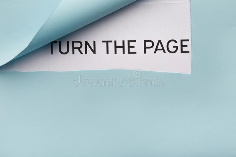 发短信给轮在白皮书的页在蓝色被折叠的角落后 免版税库存图片