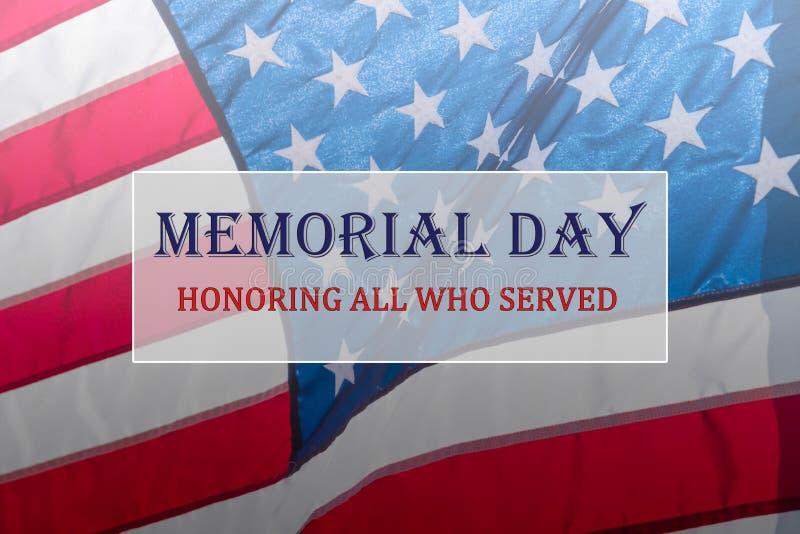 发短信给阵亡将士纪念日和荣誉在流动的美国国旗背景 库存图片