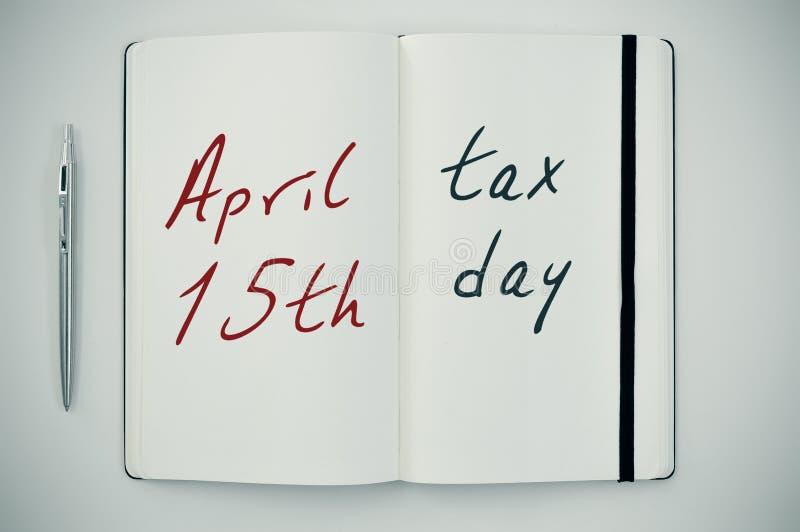 发短信给4月15日在笔记薄的税天 图库摄影