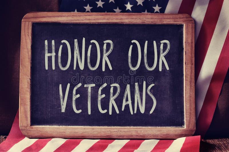 发短信给荣誉我们的退伍军人和美国的旗子 免版税库存照片