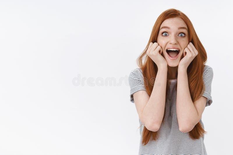 发笑的活泼兴奋了流行蓝眼睛的愉快的年轻逗人喜爱的红头发人女孩惊奇快乐地尖叫激动看见 免版税库存照片