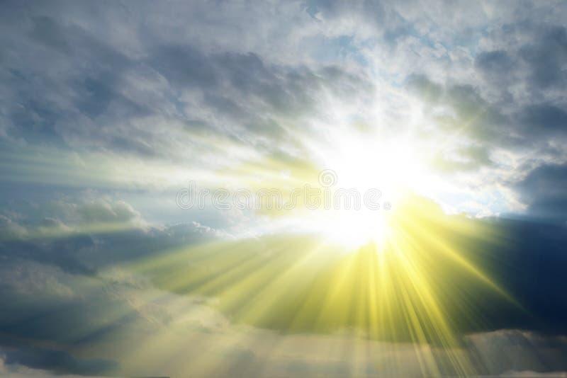 发芽通过云彩_天堂的太阳光芒 库存照片