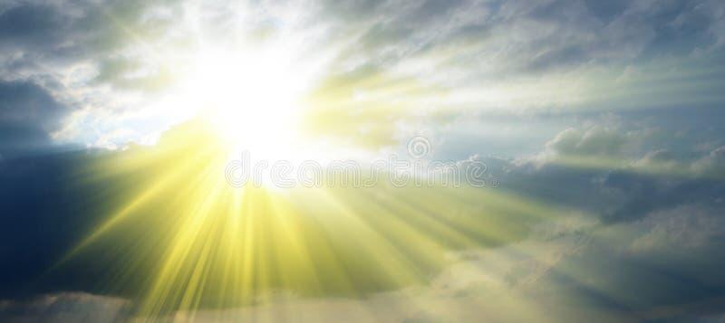 发芽通过云彩_天堂的太阳光芒 免版税库存照片