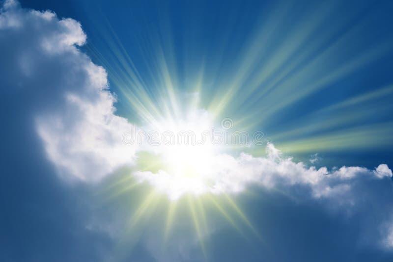 发芽通过云彩_天堂的太阳光芒 免版税库存图片