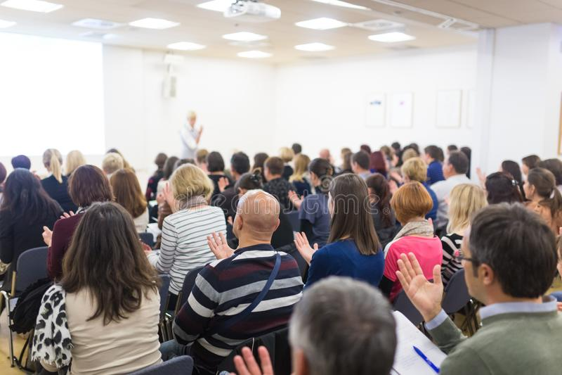 发表交互式诱导讲话的妇女在企业精神车间 免版税库存图片