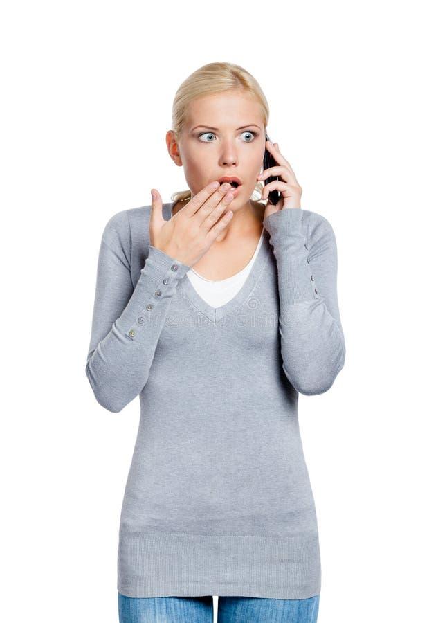 发表演讲关于电话震惊妇女 免版税库存图片