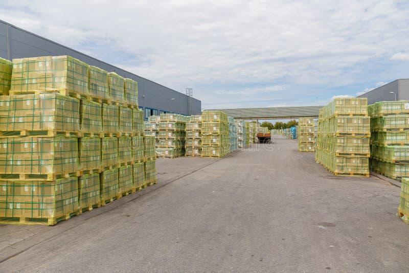 发货、后勤学、交付和产品发行事务产业 有纸板箱的存储仓有被包装的物品的 库存照片