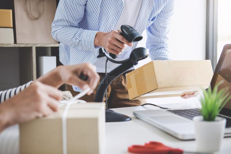 发货网上销售、小企业或者SME企业家所有者送货服务和工作包装盒,企业主工作 免版税库存照片