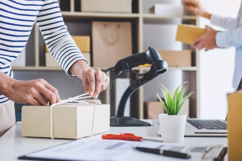 发货网上销售、小企业或者SME企业家所有者送货服务和工作包装盒,企业主工作 库存图片