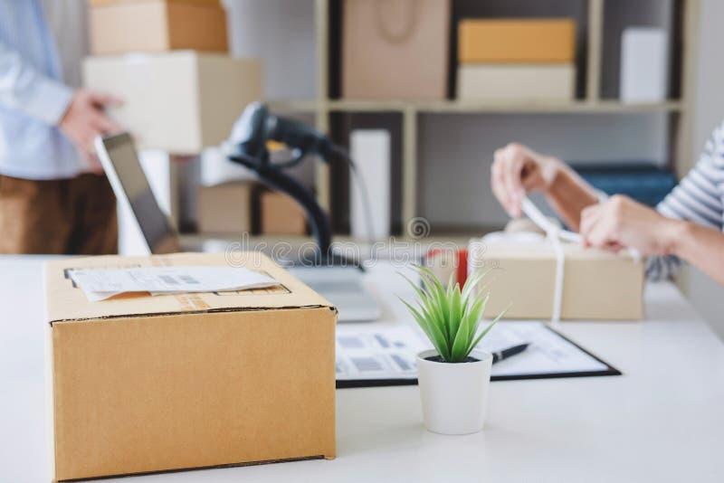 发货网上销售、小企业或者SME企业家所有者送货服务和工作包装盒,企业主工作 免版税图库摄影