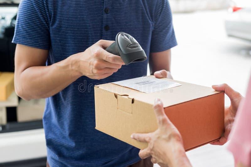 发货运作的送货服务概念,留下小包条形码的信使扫描检查命令在送前证实 免版税库存图片