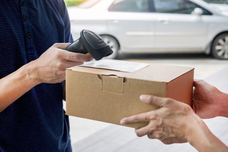 发货运作的送货服务概念,留下小包条形码的信使扫描检查命令在送前证实 免版税图库摄影