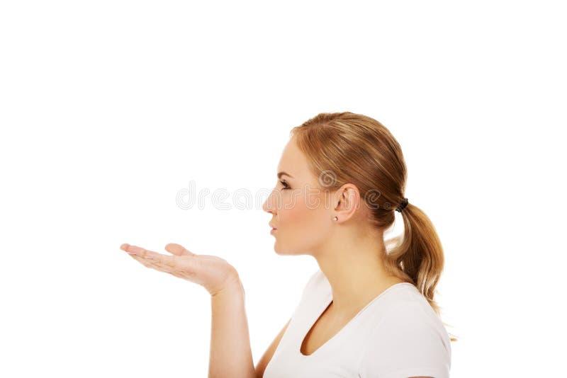 发送妇女年轻人的亲吻 免版税库存图片