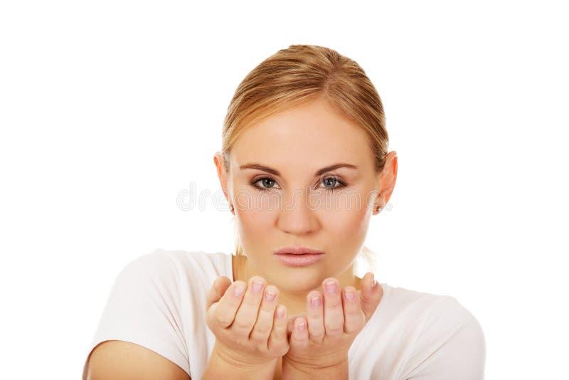 发送妇女年轻人的亲吻 免版税图库摄影