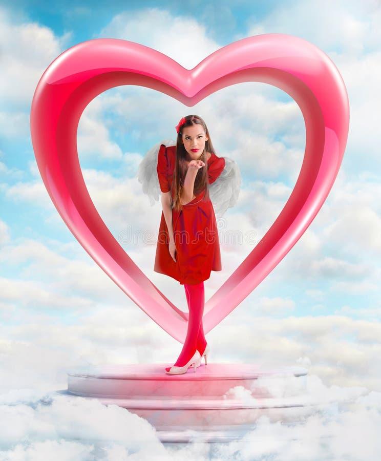 发送爱的美丽的天使妇女从天空 免版税库存图片