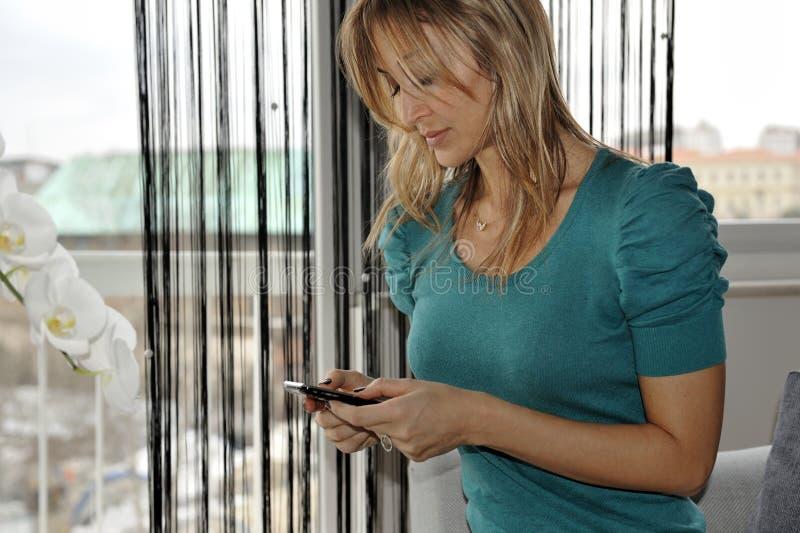 发送sms妇女 免版税库存图片