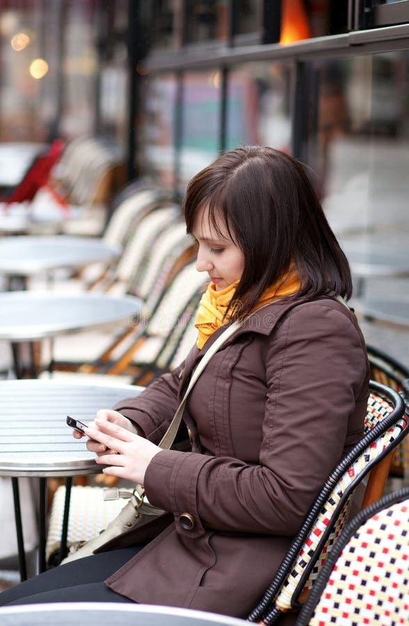 发送sms的美丽的深色的巴黎旅游 库存照片