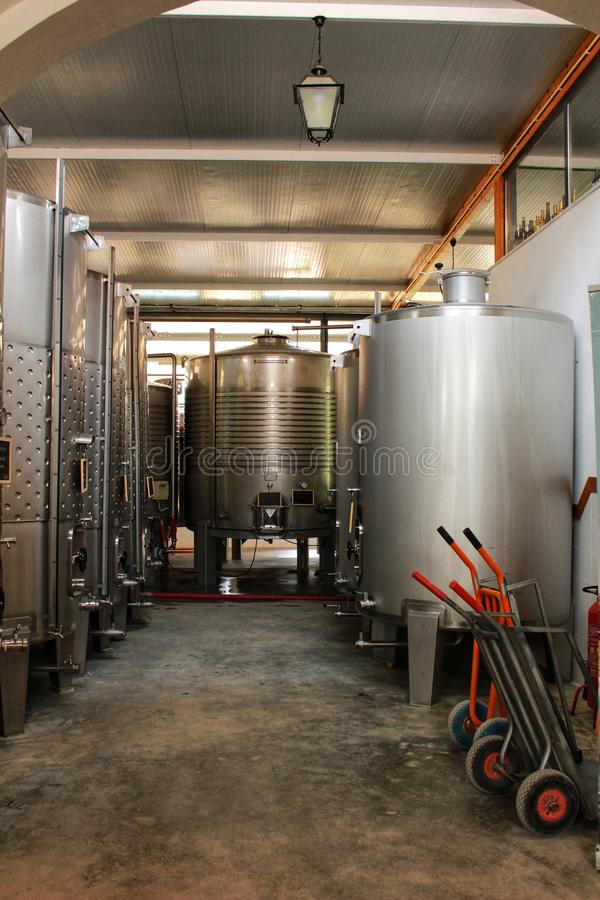 发酵和酿酒的储蓄在Azeitao,葡萄牙 免版税库存照片