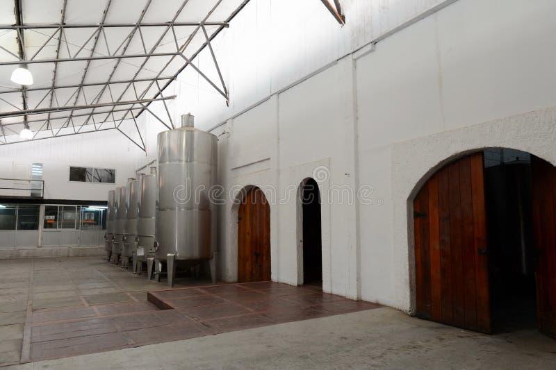 发酵在酿酒厂Viu Manent的不锈钢大桶 图库摄影