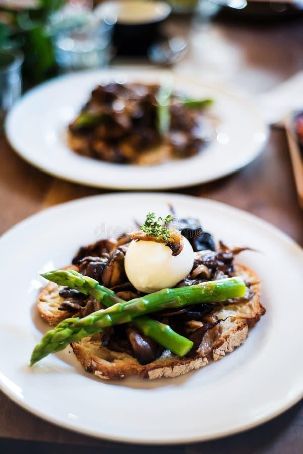 发酵母敬酒了面包用蘑菇和芦笋 免版税库存照片