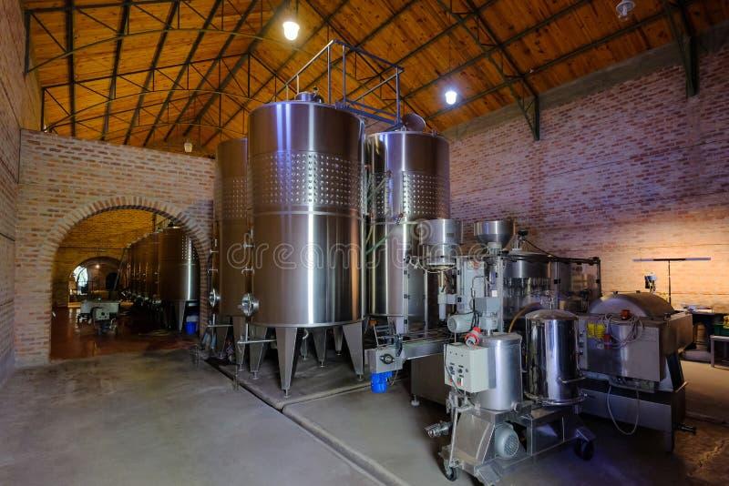 发酵的不锈钢坦克在现代马乐白克葡萄酒工厂,圣胡安,阿根廷,也看见在门多萨 库存照片