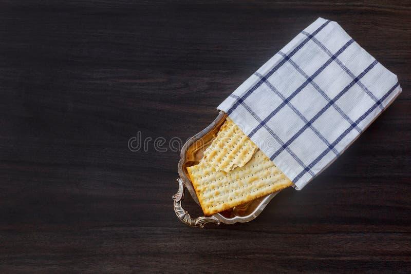 发酵的硬面犹太逾越节面包torah 免版税库存图片