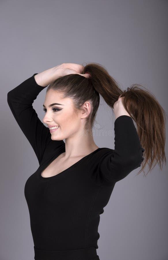 头发长的妇女年轻人 免版税库存图片