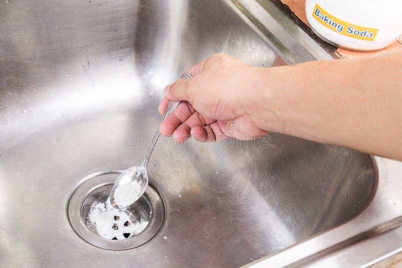 发面苏打倾吐在家畅通排水系统 图库摄影