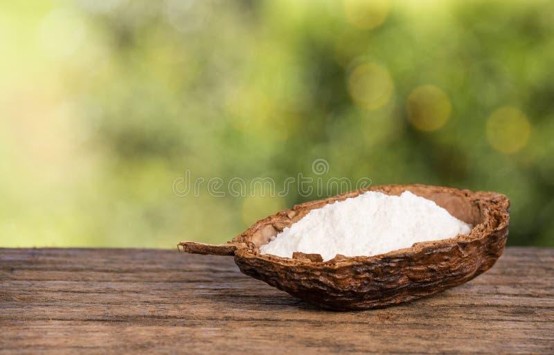 发面苏打,小苏打 木桌在树中的公园在一个夏日 r 库存图片