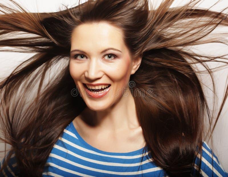 头发风妇女年轻人图片