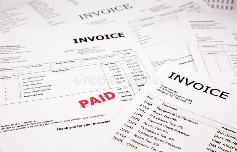 发货票和票据与有偿的邮票 免版税库存照片